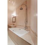 Светлая ванная комната классика