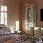 Классическая мебель в интерьере, витрина светлая