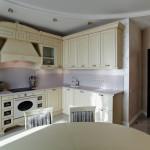 Всетлая кухня в квартире, дизайн