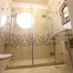 Интересный дизайн ванной комнаты, стеклянная дверь, душевая кабина