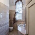 Яркая светлая ванная комната, туалет фото