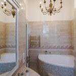 Светлый интерьер ванной комнаты в таунхаусе