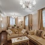 Светлая гостинная в классическом стиле