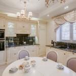 Кухня-столовая классика светлая мебель