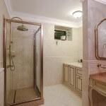 Светлый интерьер ванной комнаты в доме