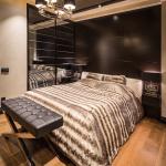 спальня с тёмным потолком